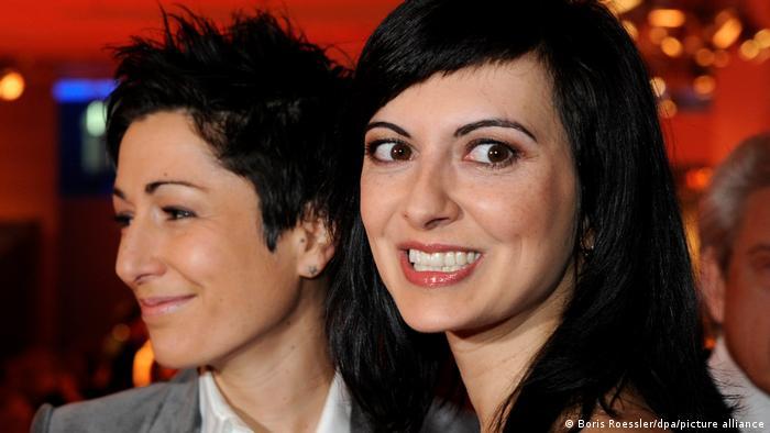 جسیکا زاهدی متولد اوت سال ۱۹۷۸ در شهر ماینتس از پدر و مادری ایرانی و آلمانی است. پس از پایان تحصیلات علوم سیاسی کار ژورنالیستی را آغاز کرد و از سال ۲۰۰۶ در بخش اخبار شبکه دوم تلویویون آلمان (ZDF) فعال است.