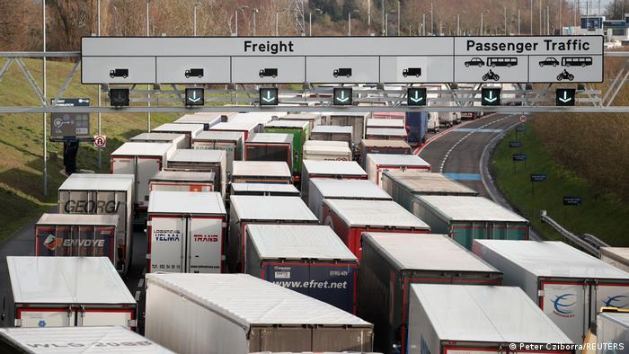 UK LKW Stau auf der M20 vor dem Eurotunnel Terminal
