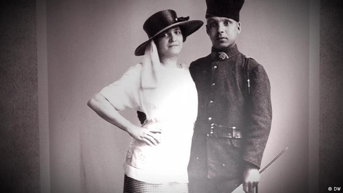 Снимката показва жена в прегръдката на войник от френските колонии