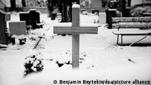 Friedhof im Schnee mit Grabsteinen, Holzkreuz und Gräbern der ermorderten Kinder vom Amoklauf Winnenden, Weiler zum Stein, 28.12.2014.
