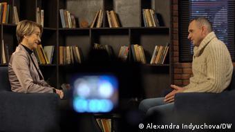 Олег Сенцов отвечает на вопросы корреспондента DW Александры Индюховой