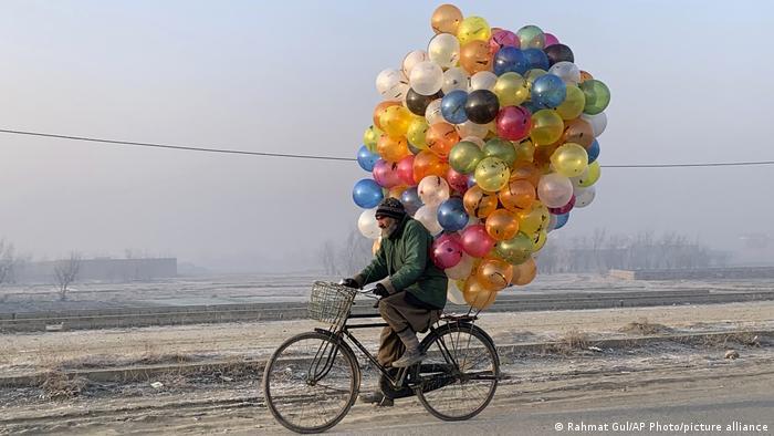 Ovaj prodavac balona na obodu Kabula ima dovoljno godina da se seća dana bez rata. U Avganistanu se maltene neprestano puca preko četiri decenije. Prvo komunistički puč, pa sovjetska intervencija, onda građanski rat i talibanski teror, pa zapadna intervencija. Deca koju će možda obradovati neki šareni balon ne znaju šta je to mir.