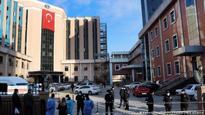 Поліція та медичний персонал на місці події біля університетської лікарні