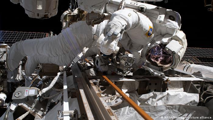 NASA-Astronaut Andrew Morgan bei Reparaturarbeiten an der Außenseite der ISS