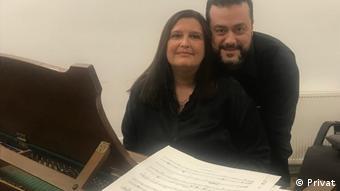 Ο βαρύτονος Άρης Αργύρης με την σύζυγό του και επίσης τραγουδίστρια όπερας Λούπε Λαρσάπαλ στο στούντιό τους στη Βόννη
