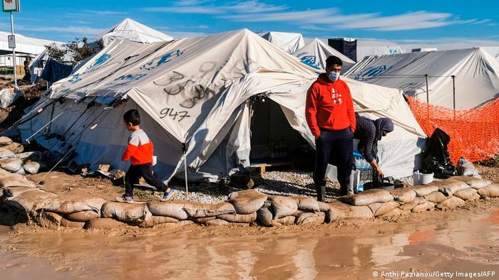 Refugiados em meio a barracas úmidas em assentamento de refugiados de Kara Tepe, na Grécia