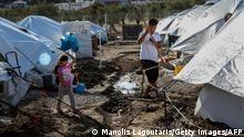 14. Oktober 2020: Ein Mädchen hält einen Luftballon, während sie zwischen Zelten im Lager Kara Tepe für Flüchtlinge und Migranten auf der Insel Lesbos spazieren geht