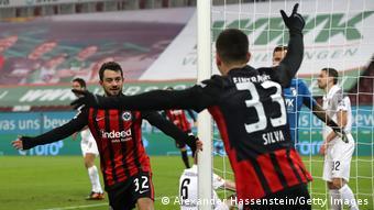 Amin Younes (l.) und Andre Silva (r.) feiern einen Frankfurter Treffer.