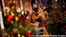 London Passanten vor Weihnachtsdeko