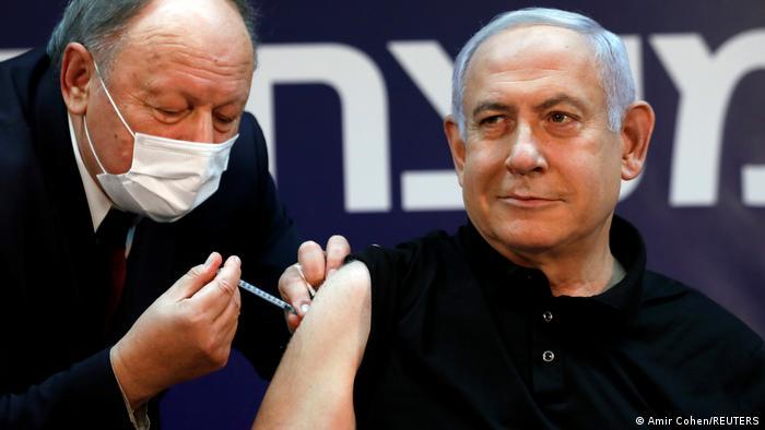 El primer ministro israelí, Benjamin Netanyahu, recibiendo la vacuna de Pfizer/Biontech