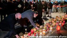 Michael Müller (SPD, M), Regierender Bürgermeister von Berlin, und Edgar Franke (SPD), Opferbeauftragter der Bundesregierung, legen bei einer Gedenkfeier am vierten Jahrestag des islamistischen Anschlags auf den Weihnachtsmarkt am Breitscheidplatz Kerzen nieder.