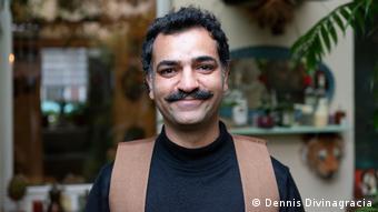 سامان لأسرة من أصول كردية وعربية وهندية ، وجاء إلى ألمانيا مع إخوته الأربعة ووالدته عندما كان في 13 من العمر.