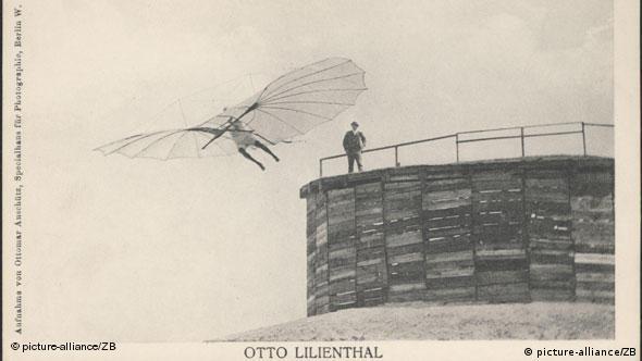 Старая открытка с фотографией одного из полетов Отто Лилиенталя. На крыше башни - Густав