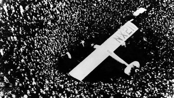 Avião cercado por multidão na França