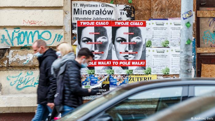 Перехожі на вулиці в Польщі, фото з архіву