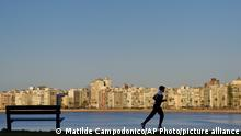ARCHIV 2018 *** A man jogs in Montevideo, Uruguay, Wednesday, Aug. 22, 2018. Today the workers union called for a 24 hour general strike demanding increases in wages and in the education budget. (AP Photo/Matilde Campodonico)