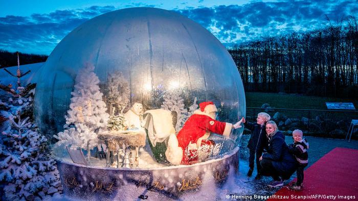 Santa Claus di dalam gelembung, sebagai upaya mencegah penularan covid-19, menyapa anak-anak menjelang Natal di Denmark.