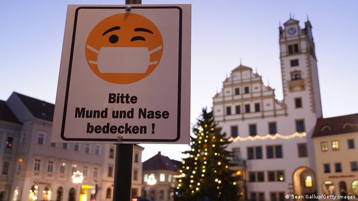 Deutschland Oschatz | Corona Hotspot - Aufforderung zum Tragen eines Mund-Nasen-Schutzes in der Fußgängerzone von Oschatz in Sachsen