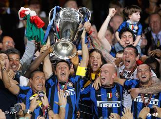 Igrači Intera s pokalom za pobjednika Lige prvaka