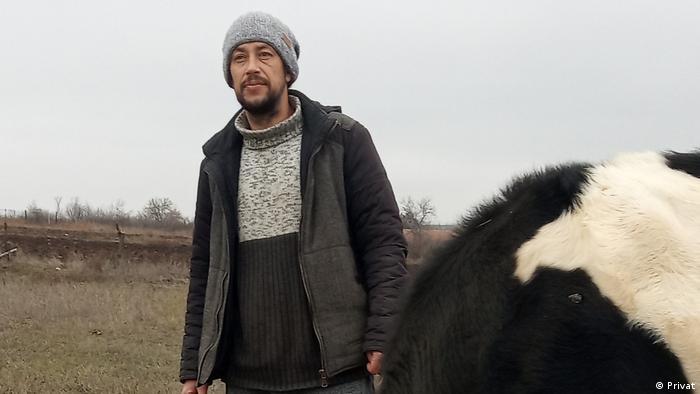 Фермер-одноосібник Юрій Макарський розповів DW, що поставлене податкове зобов´язання значно ускладнить йому життя. Частину землі Макарському, можливо, доведеться продати
