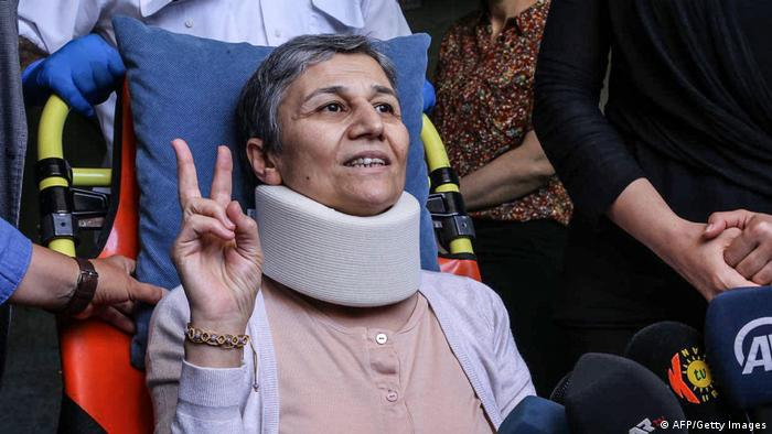 Türkei Diyarbakir | Kurdische Oppositionspolitikerin | Leyla Güven, die eine Halskrause trägt, macht das Victory-Zeichen