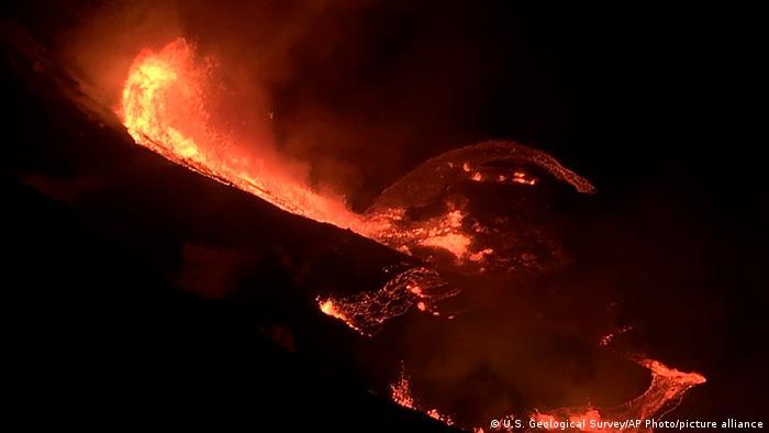 Lava fluye desde el cráter del volcán Kilauea, en Hawái, el domingo 20.12.2020.