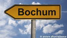 Detailansicht eines Wegweisers mit der Aufschrift Bochum, Nordrhein-Westfalen, Deutschland, Europa   Detail photo of a signpost with the inscription Bochum, North Rhine-Westphalia, Germany, Europe
