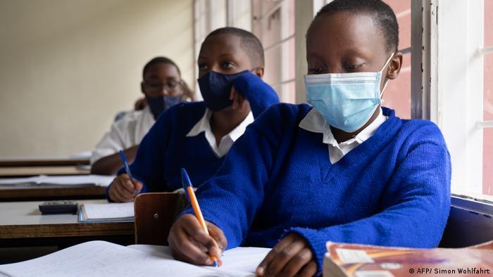 Ruanda | Schüler und Schülerinnen mit Maske imi Unterricht