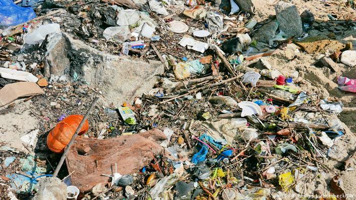 LIxo encontrado em ação da ONG alemã OEOO para uma das maiores limpezas já feitas na Baía da Guanabara, na Ilha do Governador.