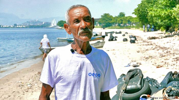 O pescador Geraldo Coutinho, que participou de ação da ONG alemã OEOO para uma das maiores limpezas já feitas na Baía da Guanabara, na Ilha do Governador.