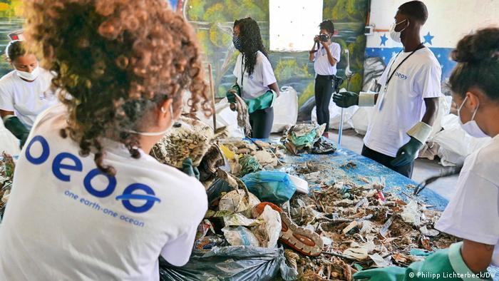 Voluntários participam de ação da ONG alemã OEOO para uma das maiores limpezas já feitas na Baía da Guanabara, na Ilha do Governador.