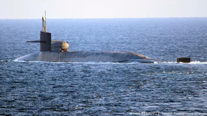 قدرتنمایی طرفین در روزهای اخیر شدت یافته است. در روزهای گذشته و همزمان با سالگرد کشته شدن قاسم سلیمانی، از سویی ایالات متحده هواپیماهای بی-۵۲ قادر به حمل بمب هستهای را بر فراز خلیج فارس به پرواز در آورد و زیردریایی جورجیا را به خلیج فارس اعزام کرد.