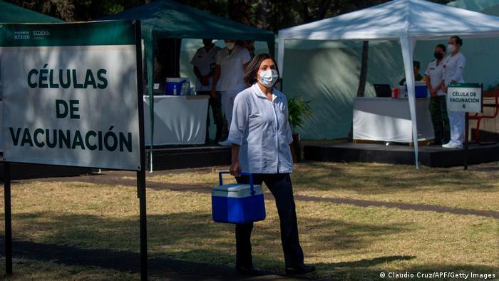Foto de una persona que lleva vacunas en una hielera en México