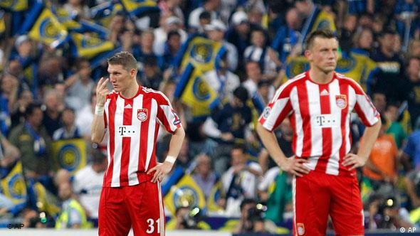 Neraspoloženi Bastian Schweinsteiger (l.) i Ivica Olić tijekom finala protiv Intera