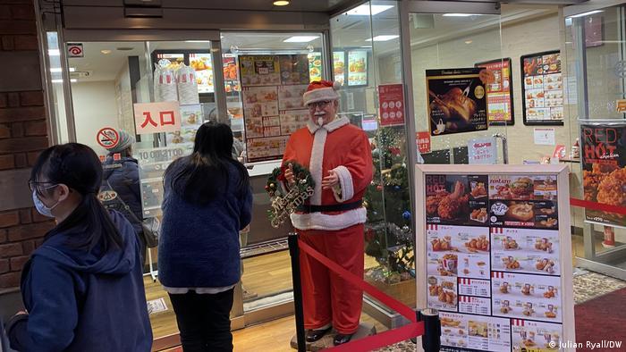 Orang-orang di Yokohama, Jepang mengantri di KFC