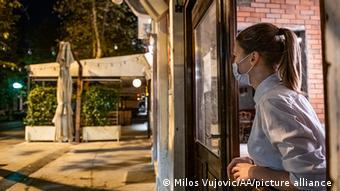 Девушка в маске и кафе в Подгорице