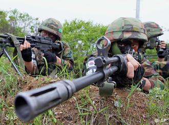 Südkoreanische Soldaten liegen in Stellung. (Foto: ap)