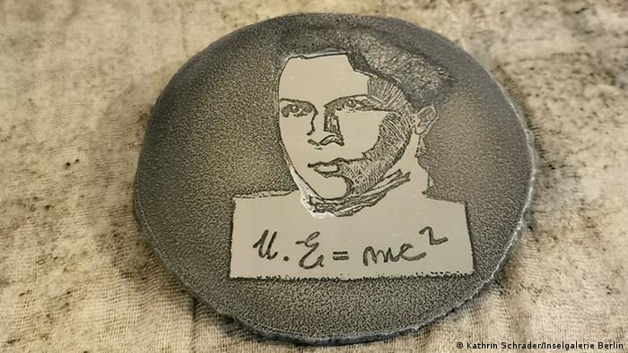 Эйнштейн-Марити (Ajnštajn-Marić), anti-medalja od aluminijuma, bakropis 2020, autorka Marica Ricato Narezi (Marica Rizzato Naressi).