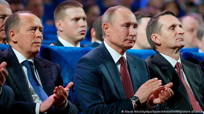 Der Obergeheimdienstchef Putin: links der Leiter des FSB Alexader Bortnikow, rechts Sergei Naryschkin, Leiter des russichen Auslandsgeheimdienstes SWR. Anlass: Russlands Auslandsgeheimdienst SWR feiert 100 Jahre.