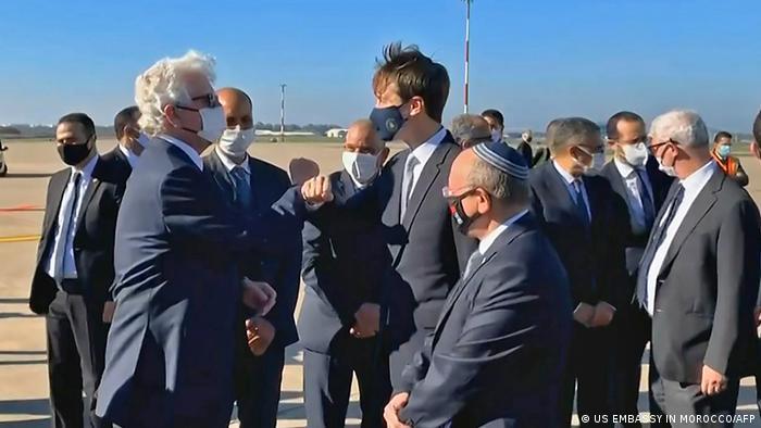 Džared Kušner, zet i savetnik bivšeg predsednika SAD Donalda Trampa u poseti Maroku zajedno sa izraelskim savetnikom za nacionalnu bezbednost Davidom Fišerom, 22.12.2020. Bio je to prvi komercijalni let između Izraela i Maroka posle normalizacije odnosa.