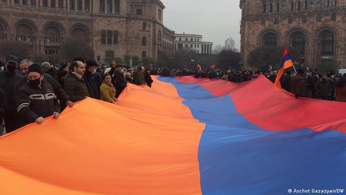 В первый день забастовки в Ереване - бастующие с флагом Армении