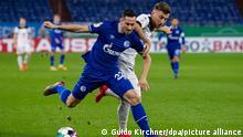 Fußball: DFB-Pokal, SSV Ulm 1846 - FC Schalke 04, 2. Runde in der Veltins Arena. Schalkes Steven Skrzybski (l) und Ulms Albano Gashi kämpfen um den Ball.