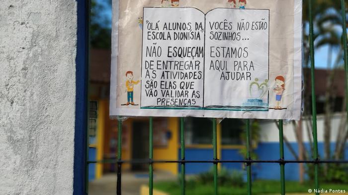 Cartaz diante de escola em Ubatuba, no litoral paulista