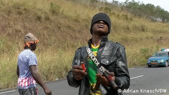 Un séparatiste à un checkpoint au sud-ouest du Cameroun