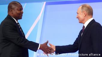 Действующий глава ЦАР Фостен-Арканж Туадера и президент РФ Владимир Путин, фото 2019 года