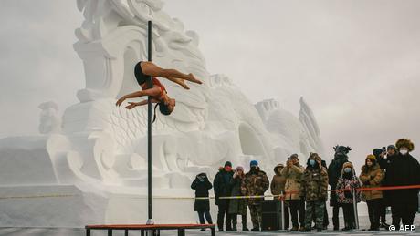 Potezi ove artistkinje grabili bi poglede svakako. Ali, postaju pravo čudo kada znamo da se ovo takmičenje u plesu na šipci tradicionalno održava u Moheu, gradu krajnjeg severa Kine koji dodiruje Sibir, i da je tamo upravo trideset stepeni ispod nule.