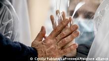 Coronavirus Italien Rom | Angehörige durch Plastik getrennt