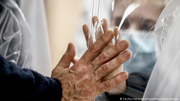 Coronavirus Italien Rom   Angehörige durch Plastik getrennt