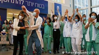 Πανηγυρισμοί για τους πρώτους εμβολιασμούς σε νοσοκομείο του Τελ Αβίβ