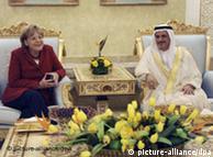 آنگلا مرکل در ابوظبی در هنگام گفتوگو با وزیر اقتصاد امارات، سلطان بن سعید منصوری
